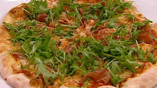 Пицца с ветчиной и руколой