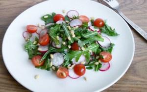 Салат из редиса с сыром и рукколой