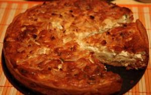 Пирог с луком и яблоками