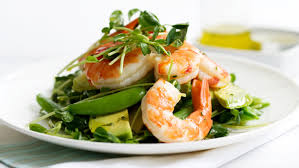 Салат свежий с креветками и авокадо