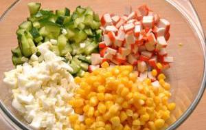 Крабовый салат с апельсинами и кукурузой