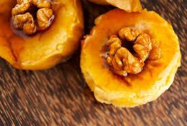 Печеные яблоки с кармелью, орехами, медом и сливками
