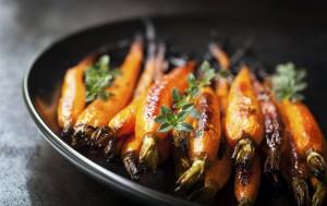 Печеная в духовке морковь с медом и имбирем