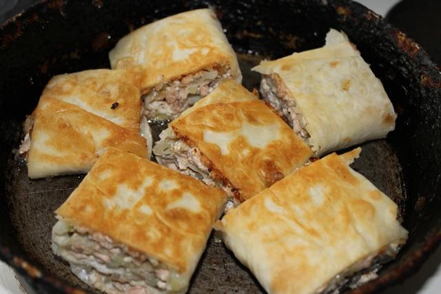 Горячий пирог из лаваша с рыбными консервами