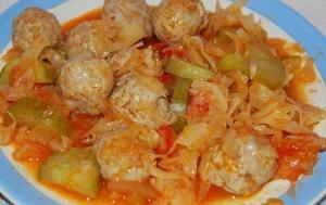 Куриные тефтели тушеные в томатном соусе с капустой.