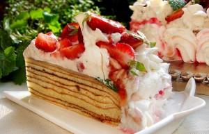 Слоеный торт с клубникой