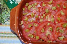 Запеченная с оливками и помидорами курица