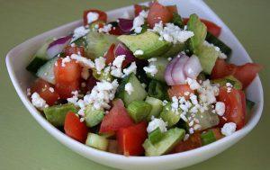 Огуречный салат с авокадо и фетой.