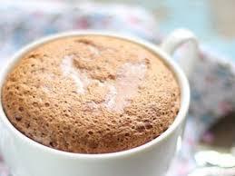 Шоколадное суфле в чашке.