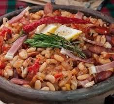 Фасоль в деревенском стиле с колбасками и овощами.