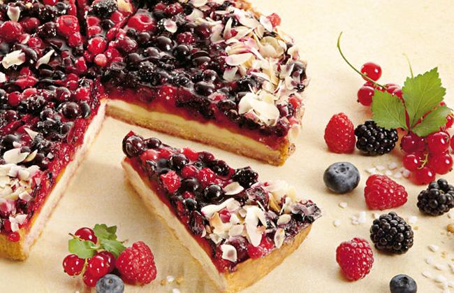 Творожный пирог с лесными ягодами.