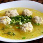 Суп с фрикадельками и зеленью.