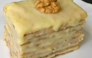 Слоеное пирожное со сгущенкой.