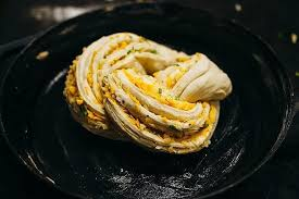 Скрученный домашний хлеб с сыром и зеленью.