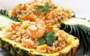 Тайский рис с креветками в ананасе
