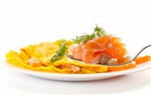 Необычный омлет с лососем