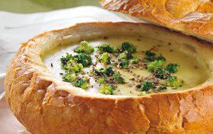 Картофельный суп с брокколи, запеченный в хлебе