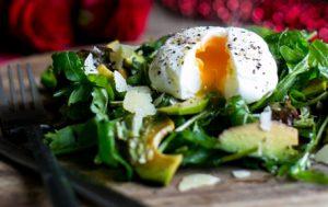 Салат с авокадо и яйцом-пашот
