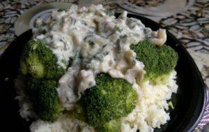 Брокколи под сырно-грибным соусом