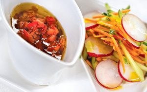 Марокканский салат из моркови, огурца и редиса