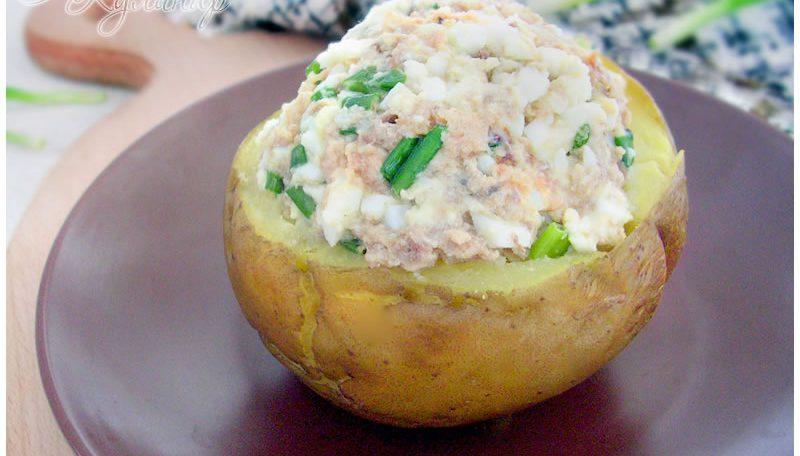 Картофель запеченный с тунцом и фасолевым салатом