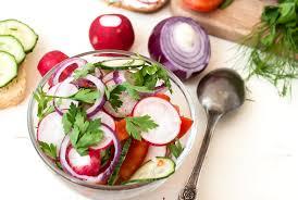 Салат с редисом в томатной заправке