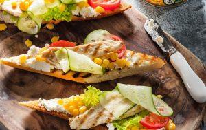Брускетта с куриным филе, творожным кремом и сладкой кукурузой