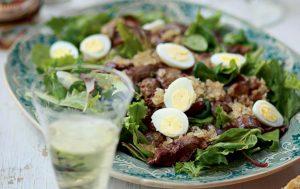 Зеленый салат с теплой печенкой цесарки