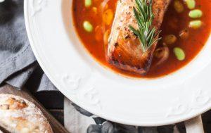 Запеченный лосось в томатах