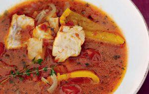 Рыбный суп с помидорами и сладким перцем