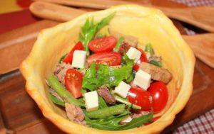 Овощной салат в съедобной тарелке