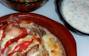 Индейка с персиками, помидорами и сулугуни