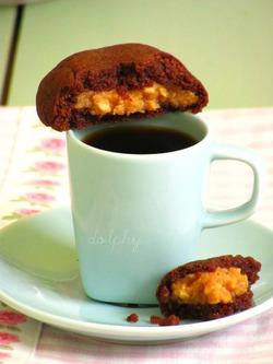 Шоколадные подушечки с начинкой из арахисовой пасты