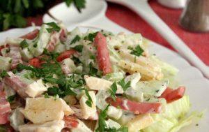 Летний салат с ветчиной и яблоками