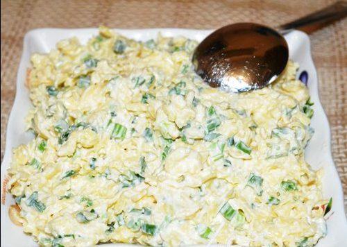 Сырный салат с зеленым луком