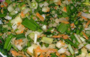 Салат из черемши, чечевицы и яблок