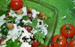 Салат из нута с помидорами и зернистым творогом