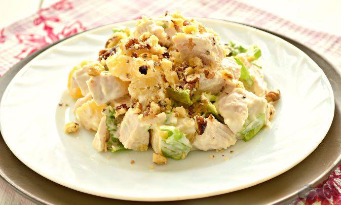 Салат из курицы, орехов и ананасов