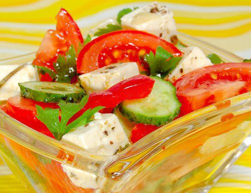 Салат из помидоров, огурцов с маринованной брынзой или фетой