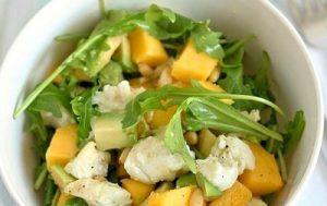 Салат из авокадо, манго с моцареллой и рукколой