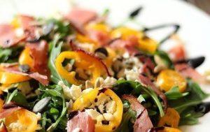 Салат с рукколой, сладким перцем, ветчиной и фетой