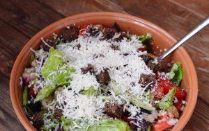 Салат из жареных баклажанов с сухариками