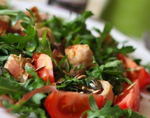 Салат из рукколы, помидор и блинных рулетиков