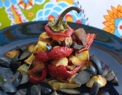 Салат из запеченного перца с гренками
