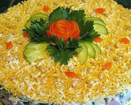 Слоёный салат с авокадо и ветчиной