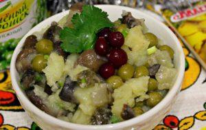 Постный салат с маринованными опятами