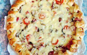 Как приготовить домашнюю пиццу с сосисками из готового дрожжевого теста в мультиварке