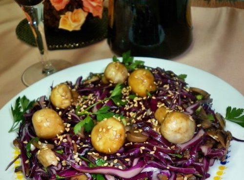 Салат из красной капусты с грибами