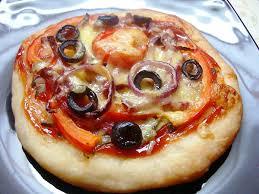 Мини-пицца с томатами и моцареллой