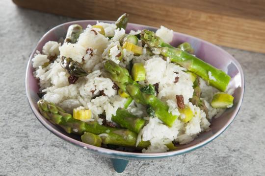 Рис со шпинатом, спаржей и изюмом